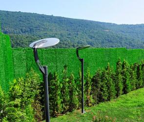 Зеленые и безопасные сады с ограждениями из искусственной травы